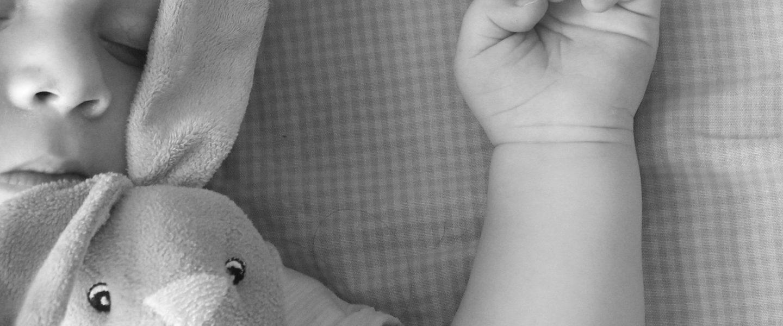 black white 1444737 1920 1440x600 - Ratgeber: Haltungsschäden beim Baby vermeiden